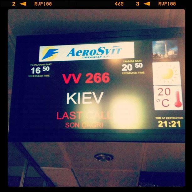16:50 - должен быть вылет, вылет задержан и перенесен на 20:50, поэтому мы в 21:21 ждем посадку!:)