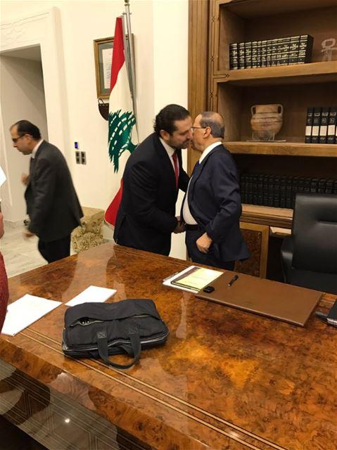 تبادل التهاني مع فخامة الرئيس بعد توقيع مراسيم تشكيل الحكومة الجديدة