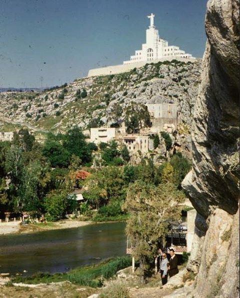عام 1950، اشترى أبونا يعقوب التلّة الواقعة إلى يمين مجرى نهر الكلب، وباشر بناء الدير والكنيسة،