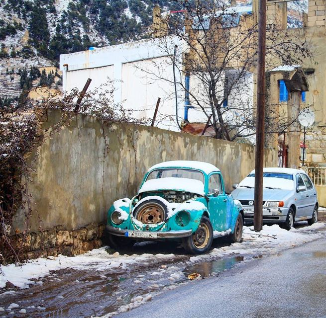 Herbie's frozen! 🚙 car vintage old snow mountain authentic village... (Hadeth El Joubbe, Liban-Nord, Lebanon)