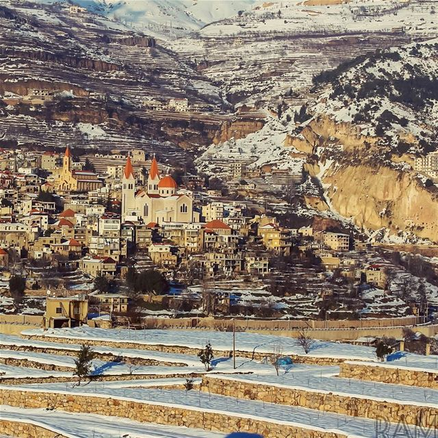 بعيد، وعم تحكم عليّي.. مش حاسس شو صاير فيّي.. الدّنيي كلها صغيري عليّي..مش... (Bcharreh, Liban-Nord, Lebanon)