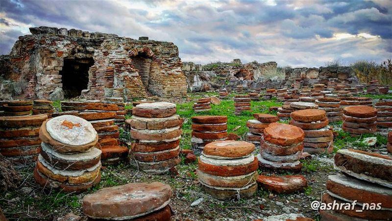 كانت هذه الحمّامات الرومانية جزء من مجمع ضخم يضم إضافةً إلى غرف الاستحمام،... (Roman ruins in Tyre)