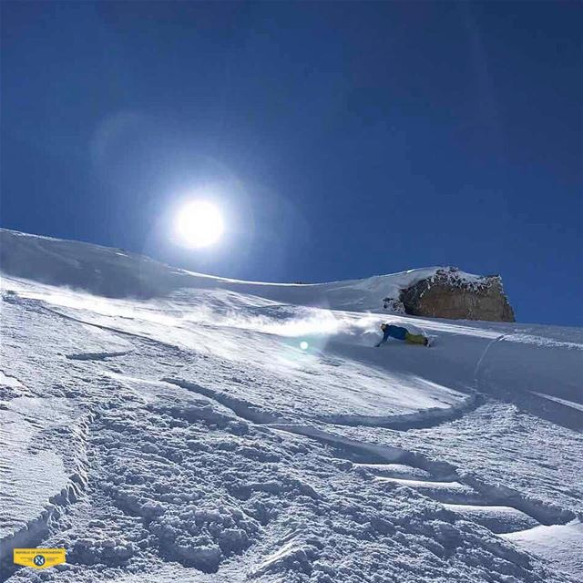 Some carving madness.  eurocarve  republicofsnowboarding  rosthehouse ... (Mzaar Kfardebian Ski Resort)