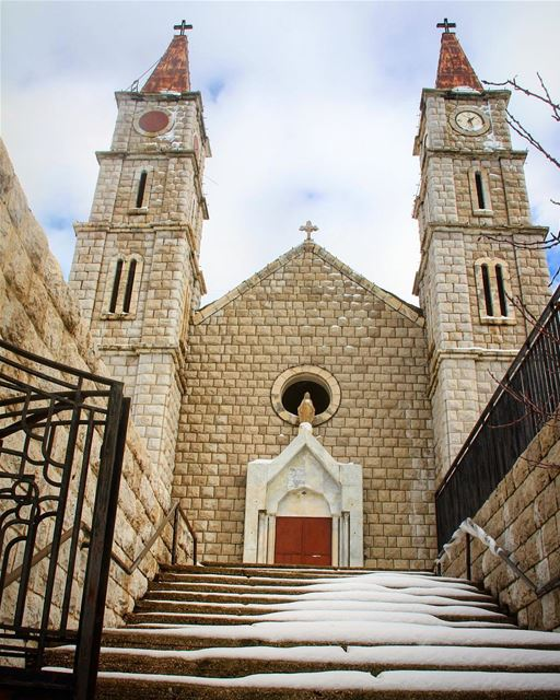 A warm place for snow just like for everyone to stay. church ... (Hadeth El Joubbe, Liban-Nord, Lebanon)