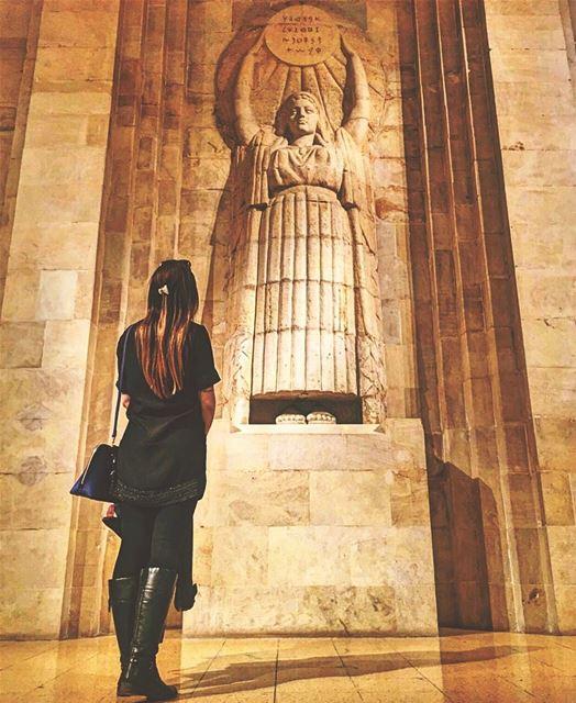 Turista brasileira @barbsbr admirando um dos muitos monumentos expostos no... (National Museum of Beirut)