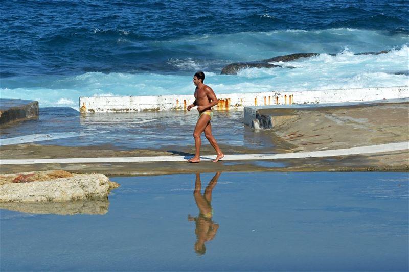A man runs during a sunny day at the corniche al-Manara in Beirut. (WAEL HAMZEH / EPA)