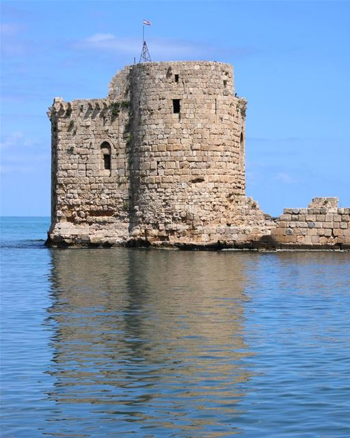 Reflexo da história. O Castelo do Mar foi destruído várias vezes desde que... (Sidon Sea Castle)