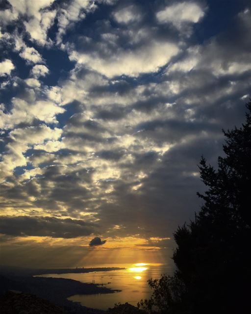 Beautiful sunsets need cloudy skies 🌅 skyporn beautifulsky ... (El Kfour, Mont-Liban, Lebanon)