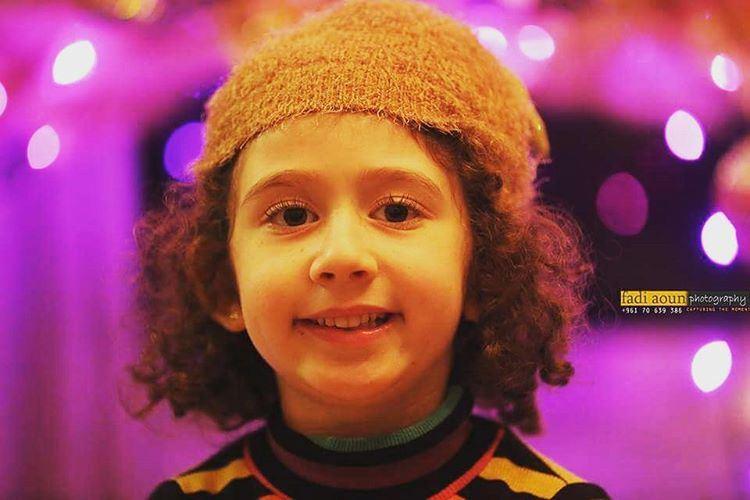 photo fadiaounphotography photoshooting cute girl christmas lights ...