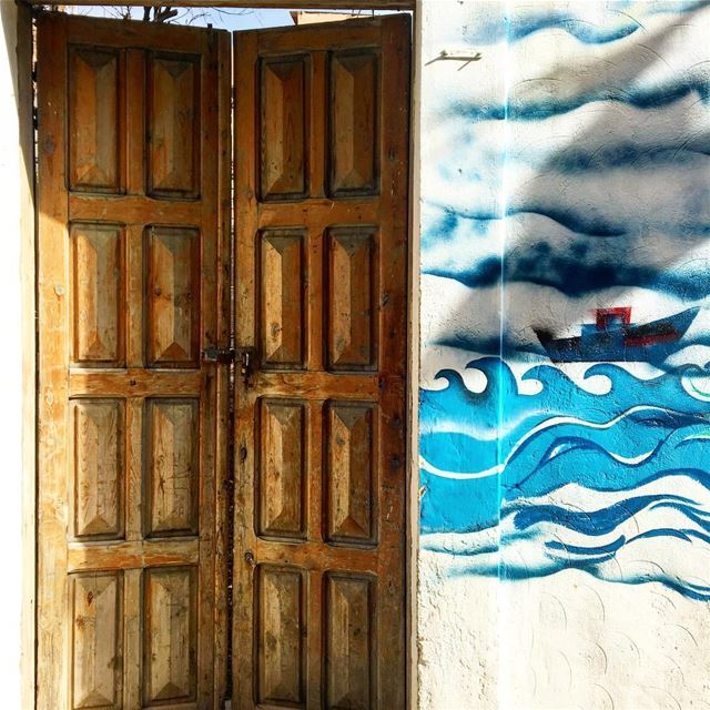 من أرضٍ فيها شمس الحب .. تعانق وجه الحريةوأنا في العمر مسافرةٌ.. ومعي عينا (Al Fanar Lighthouse Tyre)