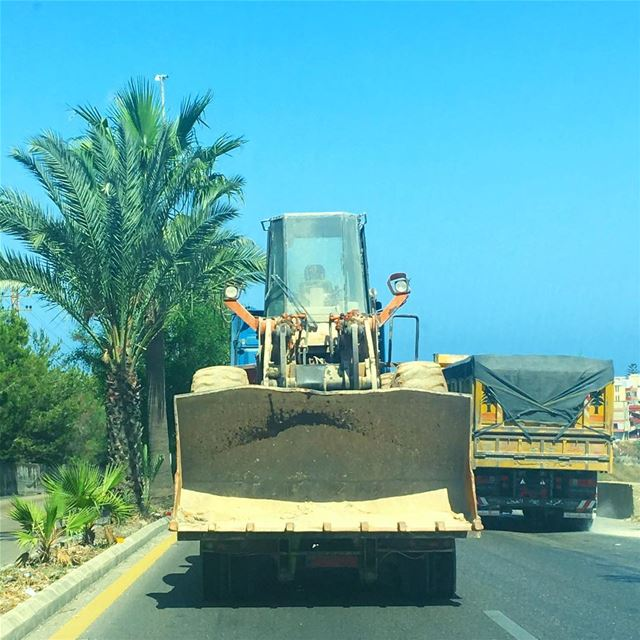 مش بعرف كيف بس هيك !! 🚜🚚 livelovelebanon livelovebeirut livelovejnoub... (Msayleh)