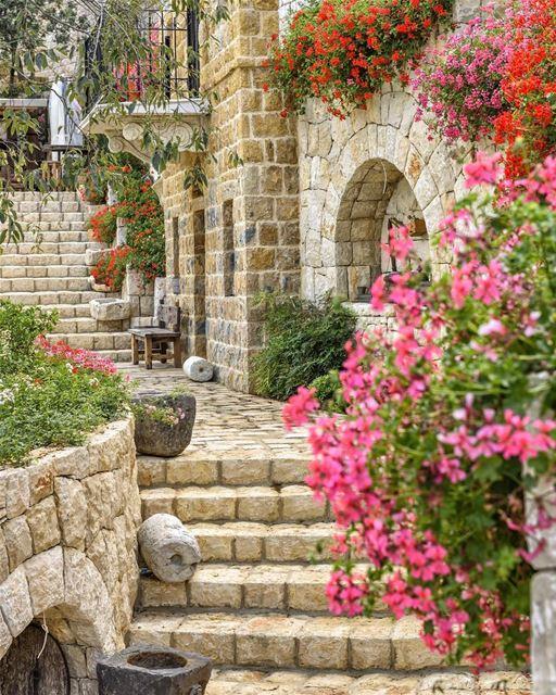 Outra antiga, autêntica e pitoresca casa libanesa, toda construída em... (Byblos, Lebanon)