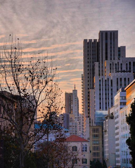 Pôr do sol sobre a moderna arquitetura de Beirute, fotografado por Khaled... (Downtown Beirut)