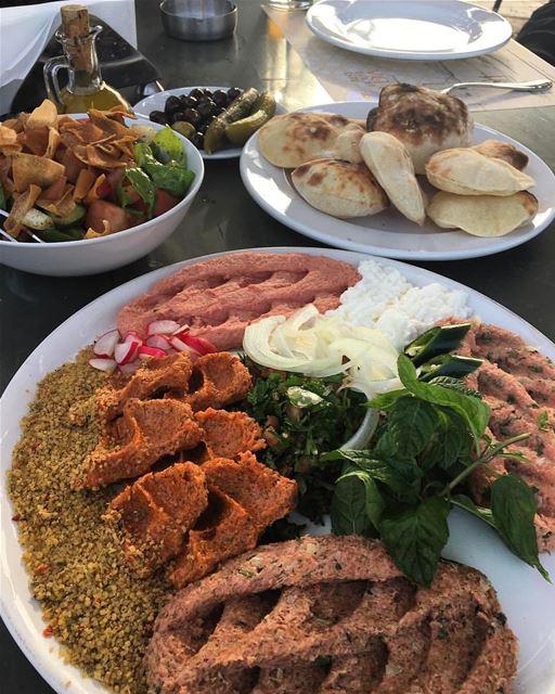 Nunca é tarde para uma deliciosa e fresca refeição libanesa como este... (Lebanon)