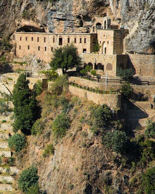Este é o Mosteiro de Saint Elisha, Santo Eliseu, construído em 1252 dentro... (Kadisha Valley)