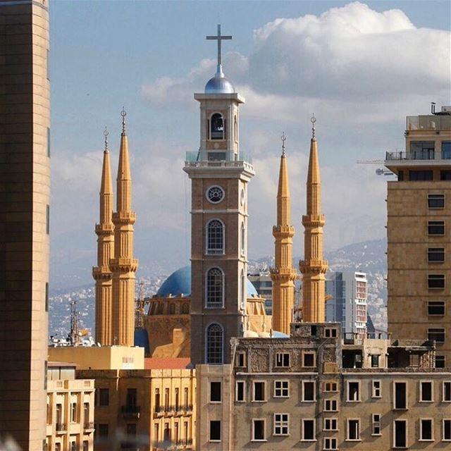 Coexistência religiosa em Beirute. A nova torre de sino da Catedral Saint... (Downtown, Beirut, Lebanon)