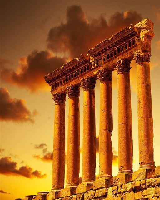 Pôr do sol em Baalbeck, antigamente conhecida como 'Cidade do Sol'. Templo... (Temple Of Jupiter - Baalbeck)