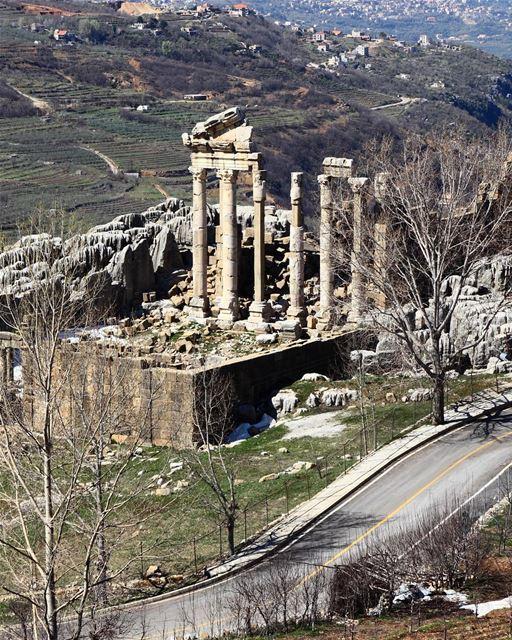 Ruínas históricas na beira da estrada, em Faqra 🇱🇧 Historical ruins on... (Faqra Ruins)