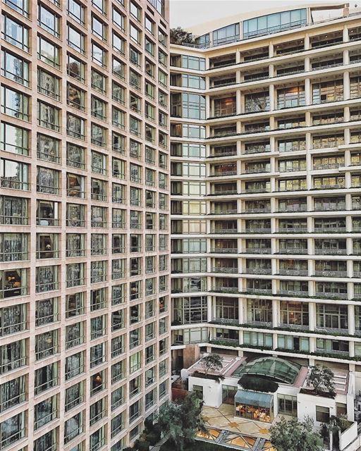 O quinquagenário Hotel Phoenicia @phoeniciabeirut visto por outro ângulo,... (Phoenicia Hotel Beirut)