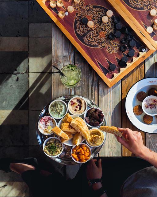 Terminando o dia em um tradicional café do Líbano: tabuleiro de gamão,...