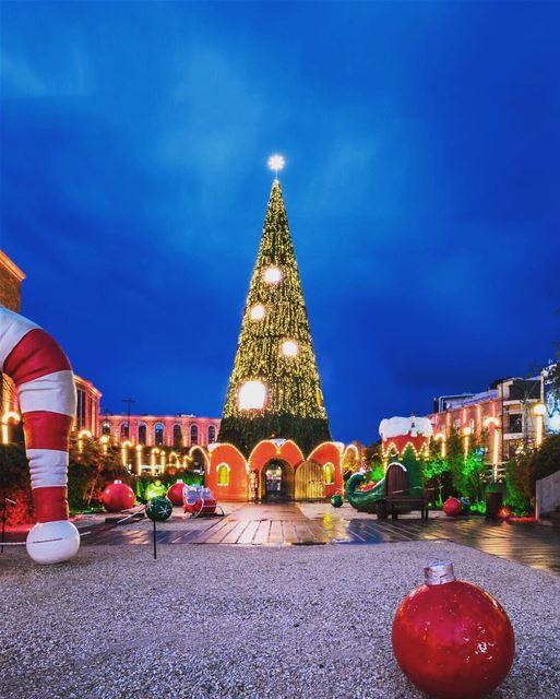 Vila natalina de Byblos, fotografada por @paulsaadsa 🇱🇧 Christmas... (Byblos, Lebanon)