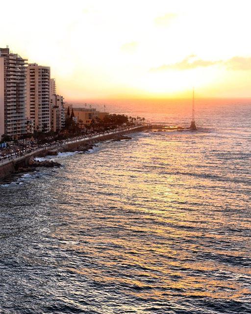 Mar doce lar e o mais belo pôr do sol do mundo, debruçado sobre o Mediterrâ (Beirut, Lebanon)