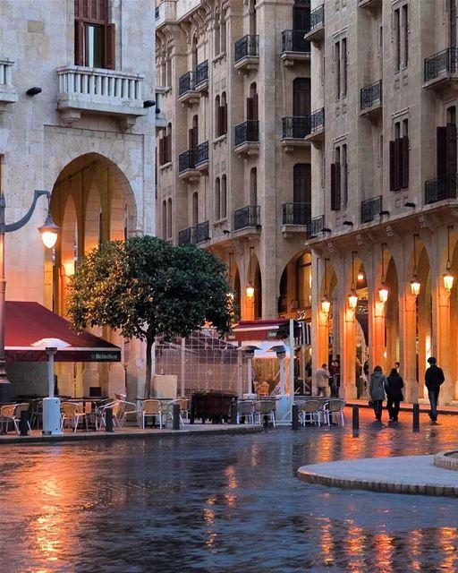 Mesmo com um dia chuvoso como o de hoje em Beirute, a cidade não perde o... (Place De L'etoile Downtown Beirut)