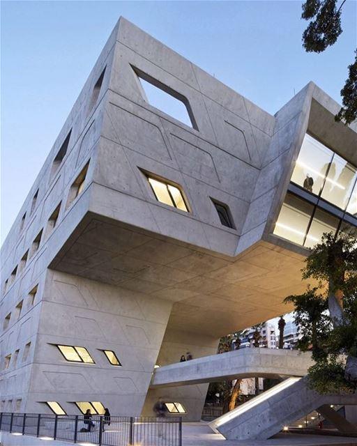 Projetado pela arquiteta Zaha Hadid, o edifício futurista do Instituto...