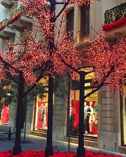 Cores e luzes de Natal começam a surgir na ruas de Downtown, Beirute. Foto... (Downtown, Beirut, Lebanon)