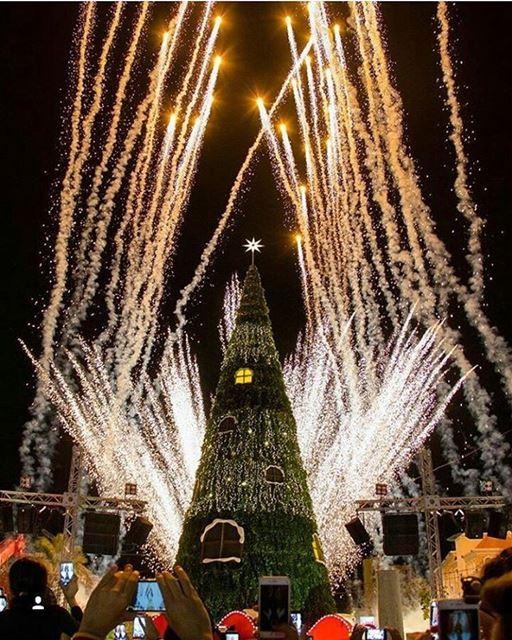 A árvore de natal de Byblos acaba de ser inaugurada em uma maravilhosa... (Byblos, Lebanon)