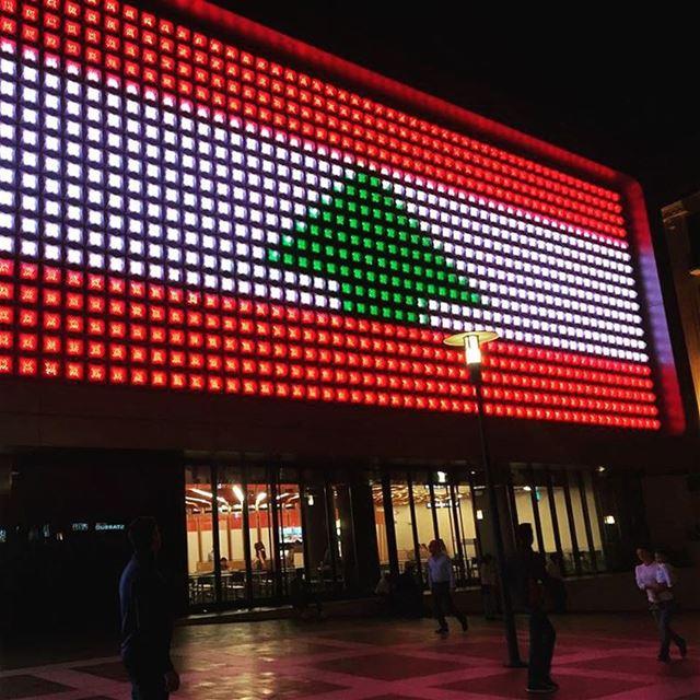 A enorme fachada de LED do principal cinema de Beirute @cinemacitysouks,... (Beirut Souks Cinemacity)
