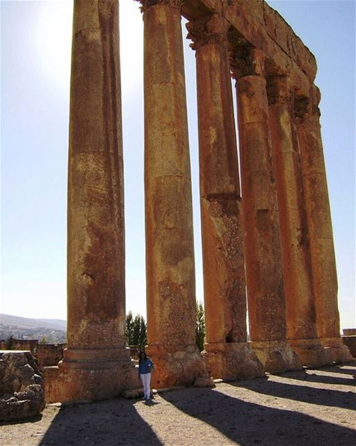 Templo de Júpiter, fotografado pela Bia Helena Maluf @biahelenamaluf 🇱🇧... (Temple Of Jupiter - Baalbeck)