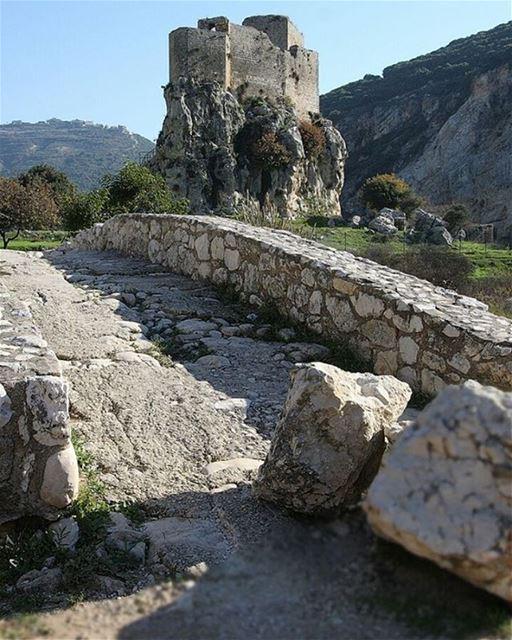 No alto de uma colina, no distrito de Batroun, ao norte do Líbano, fica o... (Mussaylha Crusader Fortress)