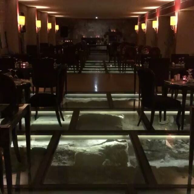 Restaurante do hotel Byblos Sur Mer @byblossurmer, projetado sobre as ruína (Al Marsa - Byblos Sur Mer)