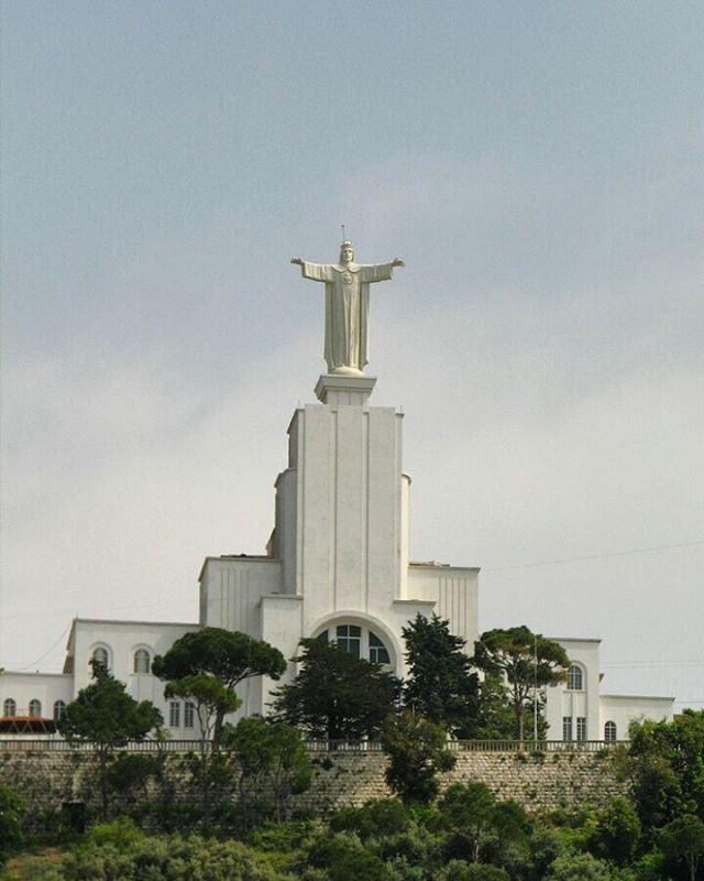 Similar ao Cristo Redentor do Rio de Janeiro, a versão libanesa da estátua... (Zouk Mosbeh Yasouh El Malak)