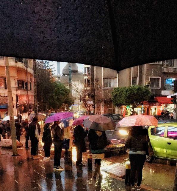 قديش كان في ناس عالمفرق تنطر ناس ☔️ livelovelebanon livelovebeirut ... (شارع الحمرا)
