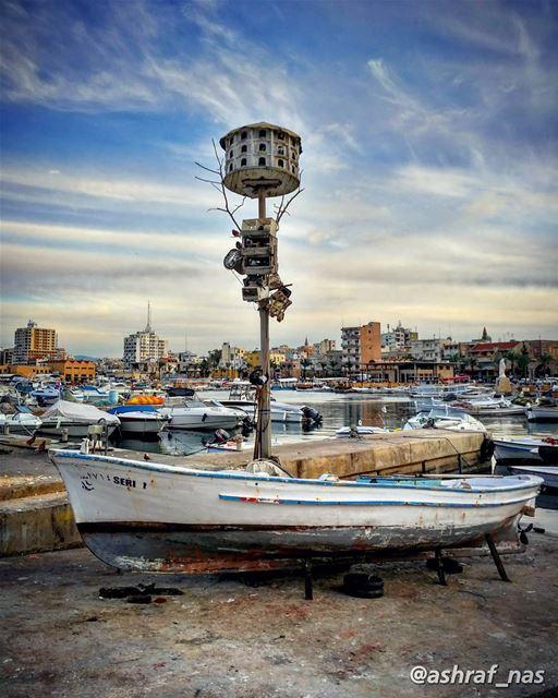 رجعوا البحارة والريح مربوطة عالياطروالبحر مزيح تزييح وقلبي الناطر ناطر...... (Tyre, Lebanon)