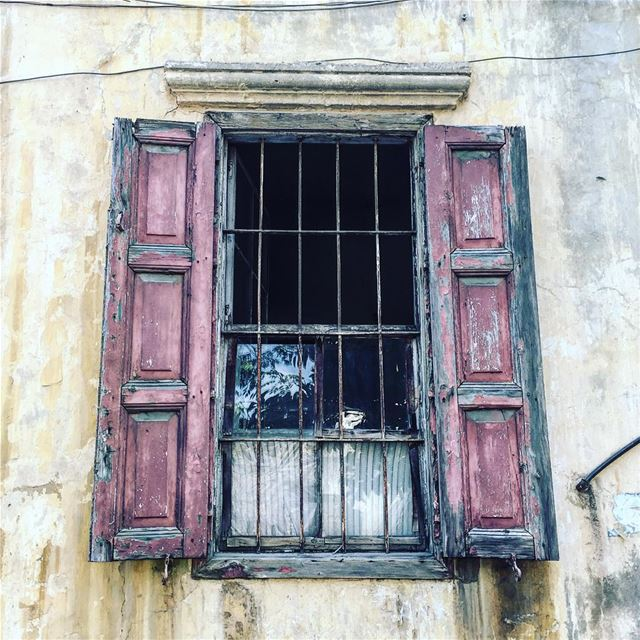 من الشّباك لمحتك يا غدع 😉 window old picoftheday photooftheday ... (Achrafieh, Lebanon)