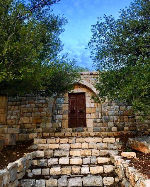heavensdoor oldbutgold prayingset clearsky livelovelebanon ... (Miziara سيدة ام المراحم مزيارة)