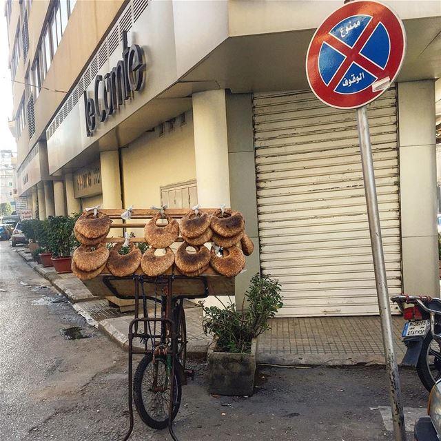 بياع الكعك عندو واسطة😉Breakfast on the go! Would you like your kaake... (Furn Shebak, Beyrouth, Lebanon)