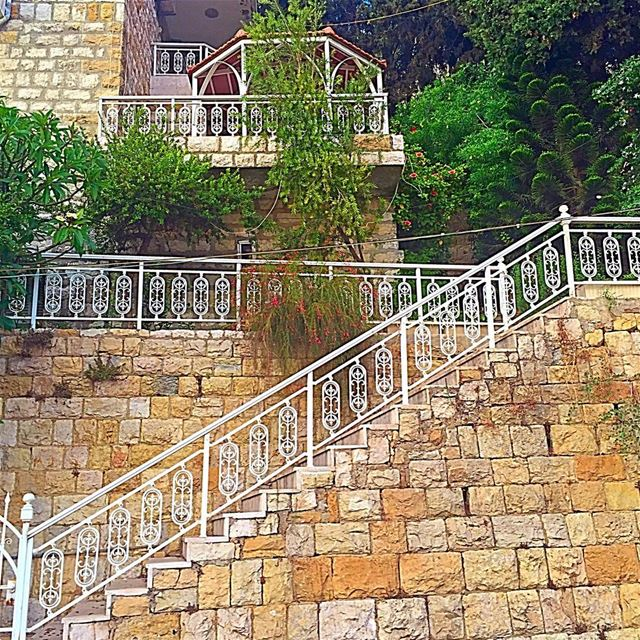 And the house chose delicate white rails to wrap around its stairs house ... (Aley-mont Liban)