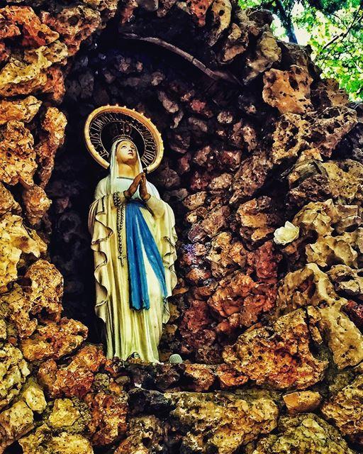 🙏🏻 livelovebeirut wearelebanon lebanon livelovelebanon proudlylebanese... (Jesuit Convent Deyr Taanayel - دير سيدة التعزية للآباء اليسوعيين)