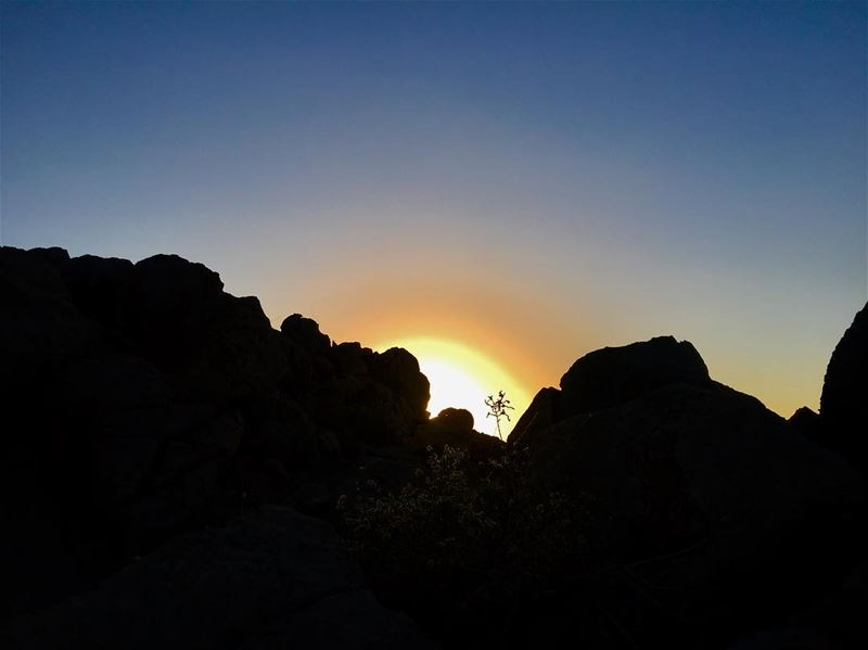 Sunrise 🌅..... oman muscat jabelshams sunrise mountains desert ... (Jebel Shams)