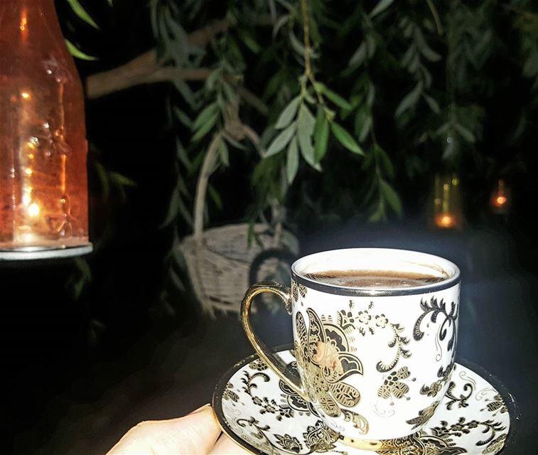 رفعتُ لله قنديلي فأوقده ...فهل تظنُ يداً في الأرض تطفئني .......... قهوة_ا