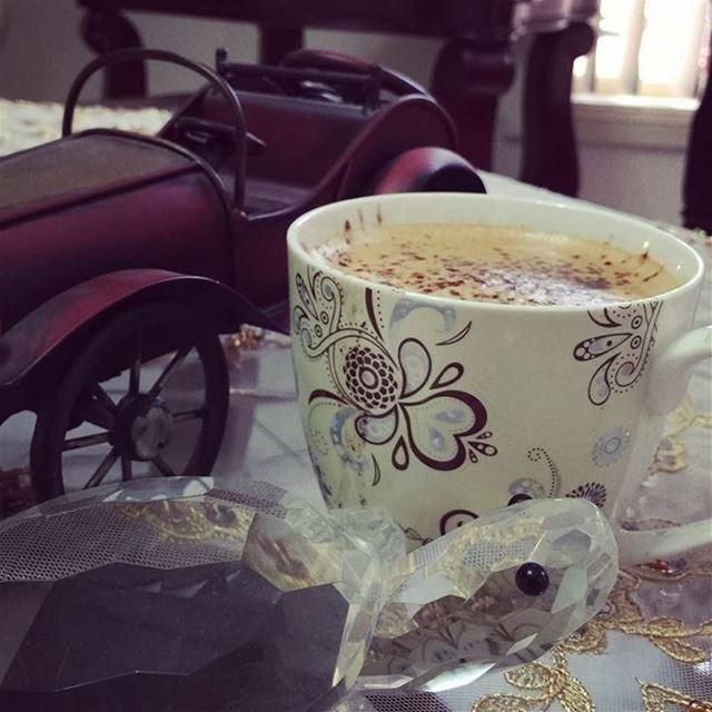 صباح يمتزج بنُعاس السهر الفائت ....يأتي متكاسلاً...يرغب بكوب من القهوه وقلي