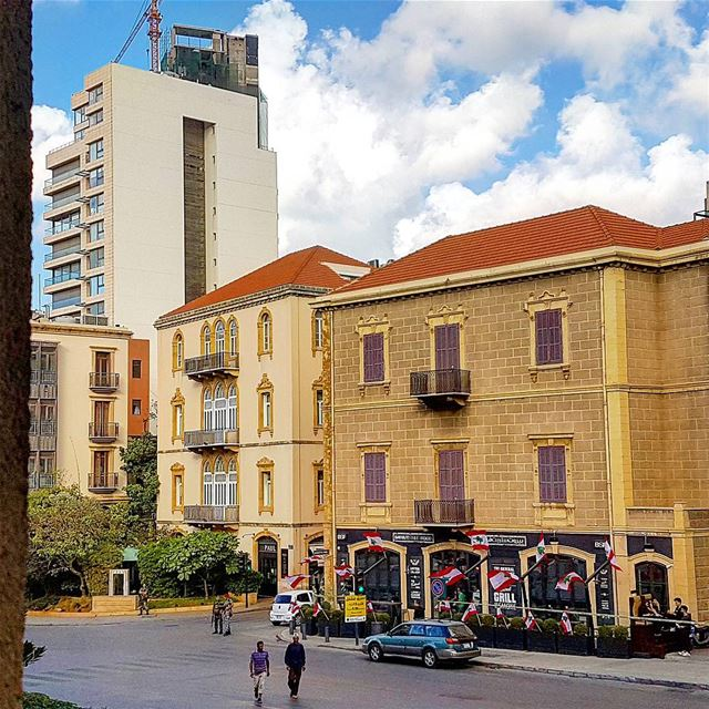 Happy monday flag lebaneseflag holiday godblesslebanon oldbuilding... (Saifi village)