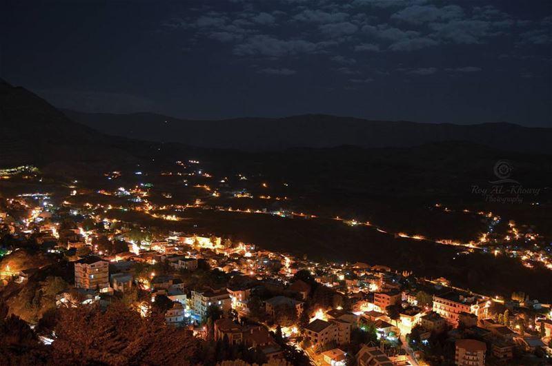 Ehden at night! RoyALKhouryPhotography liveloveehden ehden light ... (Ehden, Lebanon)