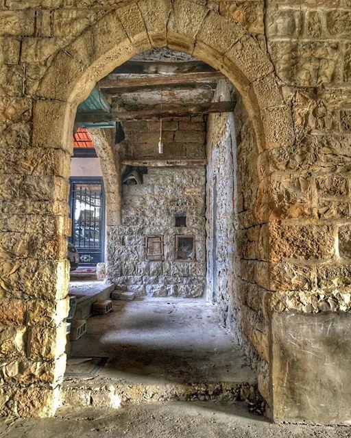 💚❤️🏠💛💙 oldhouse loveoldpics vintagestyle oldlebanon ... (Aramoun, Mont-Liban, Lebanon)