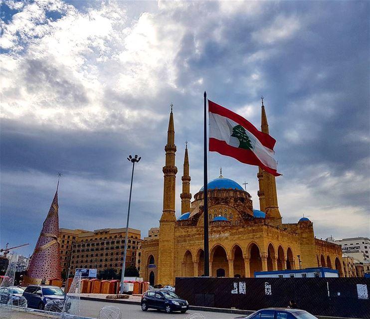Cloudy monday n beirut🎄❤❤ christmastree flag lebaneseflag mosque ... (Downtown, Beirut, Lebanon)