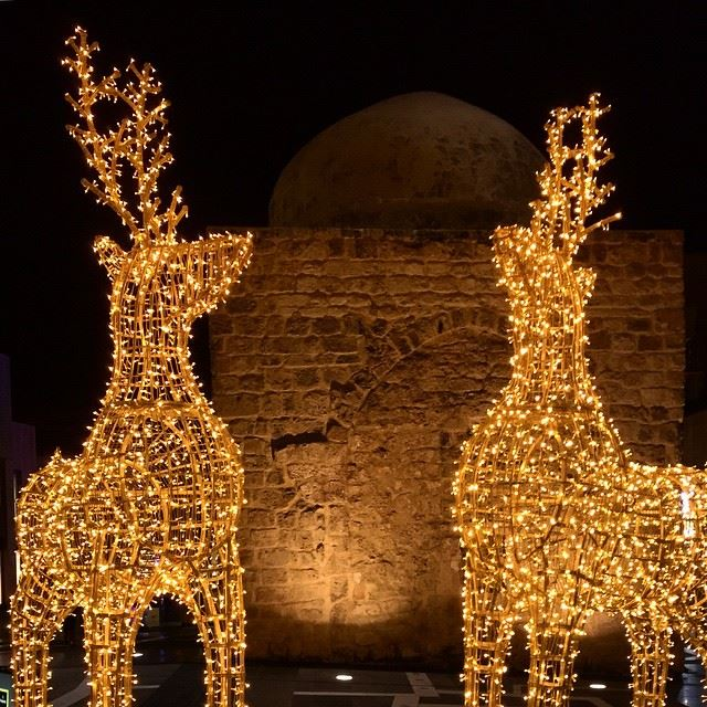 Christmas decoration with a Mosque in the background.. Diversity ...